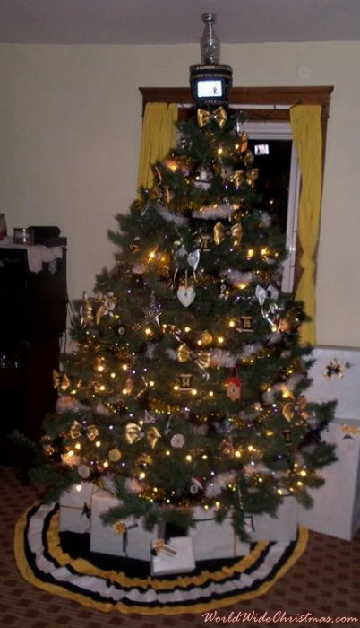 Bruins Christmas montiors work on top of tree  (Gardner, Ma, USA)