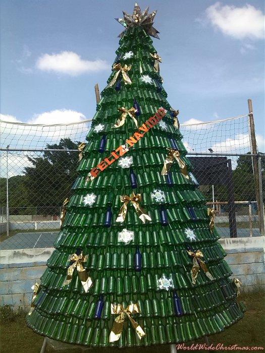 Edwin Garcia (Árbol de botellas de vidrio reciclad (Valencia, Venezuela)